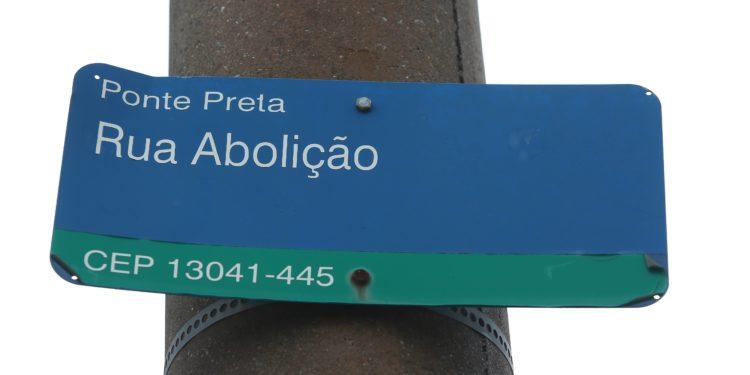 Placa que identifica a Rua Abolição, importante via de ligação entre o Centro e a região da Ponte Preta Fotos: Leandro Ferreira/Hora Campinas