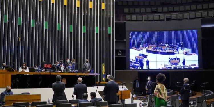 Parlamentares apreciam o tema da PEC Emergencial na madrugada desta quarta-feira, dia 10 de março, em Brasília Foto: Pablo Valadares/Câmara dos Deputados