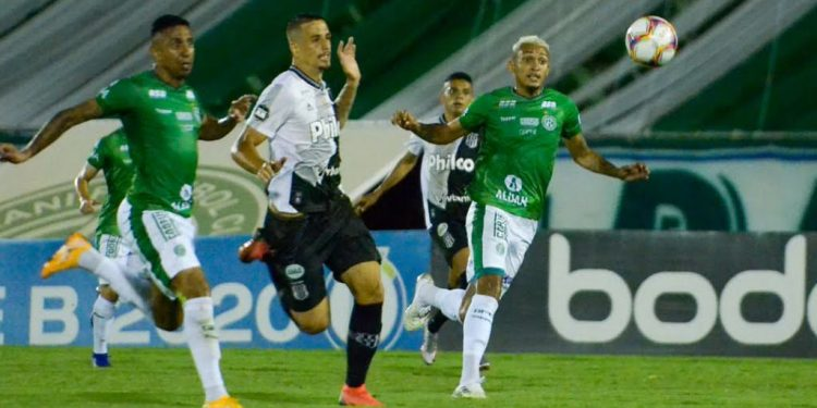 Jogadores de Ponte Preta e Guarani disputam lance no último Dérbi, em janeiro, pela Série B - Foto: Ponte Press/Álvaro Jr.