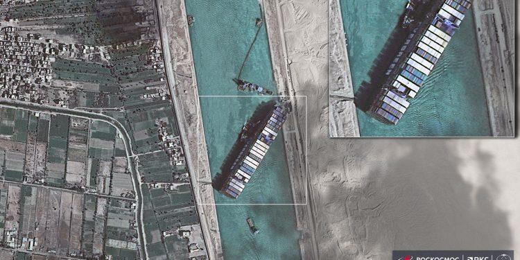 O gigante está há cerca de uma semana  impedindo a a circulação de uma das rotas mais movimentadas do mundo Foto: Divulgação/satélite