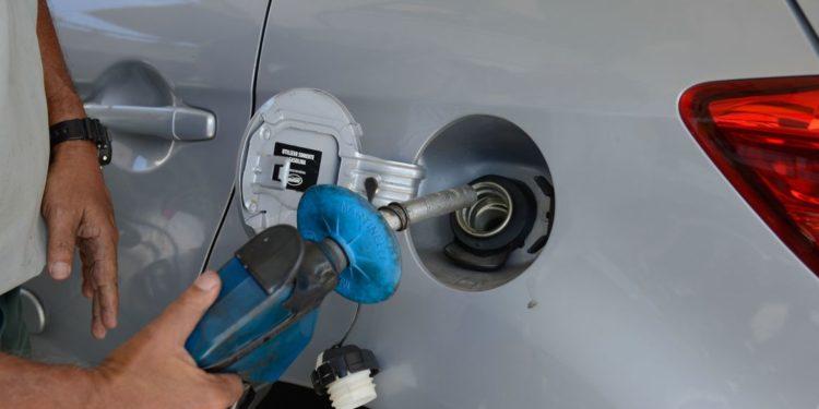 Frentista abastece veículo numa roda-viva que tem atormentado os consumidores em todo o País por conta dos seguidos aumentos Foto: Tomaz Silva/Agência Brasil