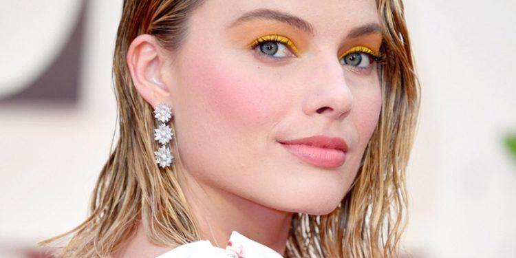 Na maquiagem, a forma mais fácil de apostar nos tons sem errar é usá-los para realçar o olhar, como feito pela atriz Margot Robbie que optou pelo amarelo
