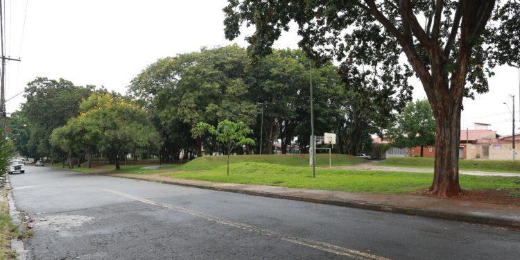 A tranquila Praça Omar Cardoso, no bairro Jardim Flamboyant Foto: Leandro Ferreira/Hora Campinas