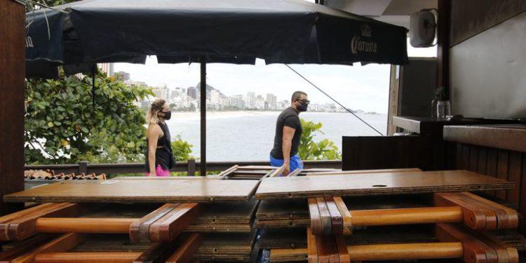Quiosques das praias do Rio estão  fechados em cumprimento ao decreto municipal que tenta controlar o avanço da doença na cidade Foto: Tânia Rêgo/Agência Brasil