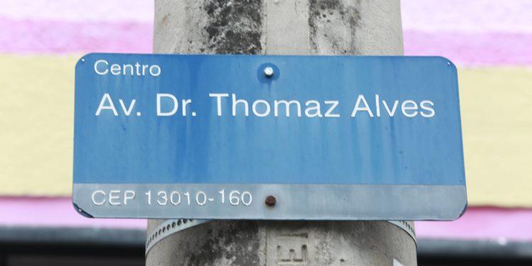 Placa que identifica a Rua Thomaz Alves, no Centro de Campinas Foto: Leandro Ferreira/Hora Campinas