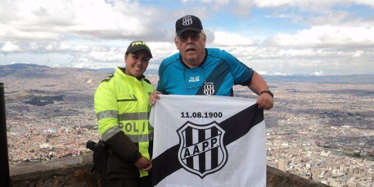 Totó deu uma pausa na torcida pela Ponte Preta para registrar sua passagem por Bogotá, em 2013. Foto: Arquivo Pessoal