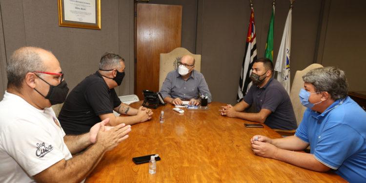 O prefeito Dário Saadi (ao fundo) se reune com representantes da associação de bares e restaurantes. Foto: Divulgação