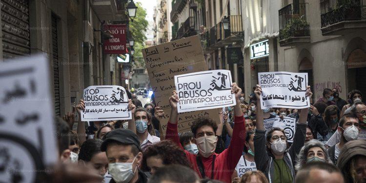 Manifestantes reunidos em Barcelona cobram punição para os policiais envolvidos na morte de George Floyd Foto: Pedro Mata/Fotomovimiento