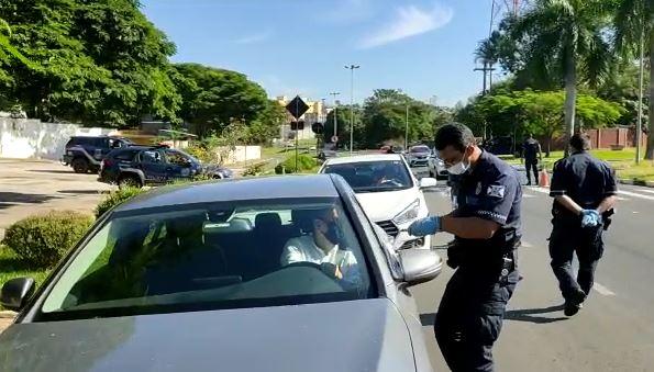 Na entrada de Jaguariúna, equipe faz abordagem de veículos - Foto: Divulgação