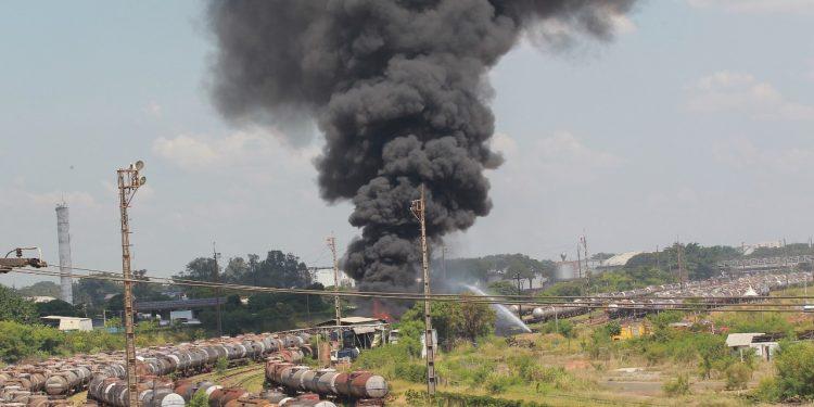 Incêndio consume vagão carregado de combustíveis em Paulínia. Fumaça preta pode ser vista até de Campinas. Foto: Leandro Ferreira\Hora Campinas