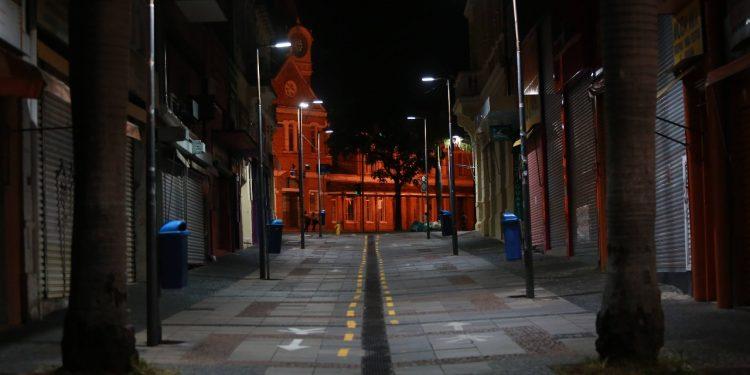 Rua Treze de Maio,à noite em Campinas. PPP vai prevêr modernização, expansão e manutenção da rede. Foto: Leandro Ferreira \ Hora Campinas