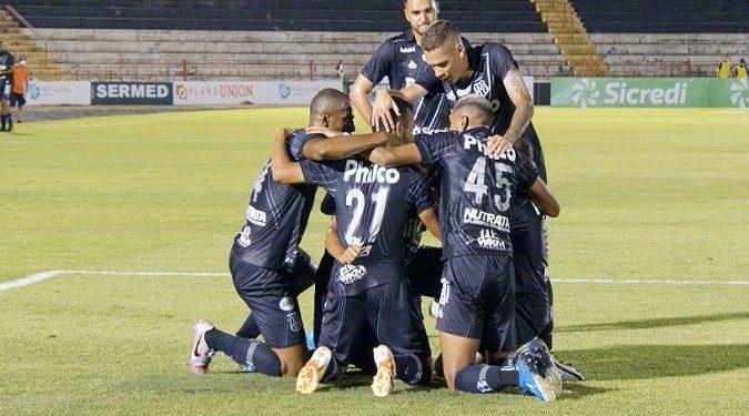Jogadores da Ponte Preta comemoram o gol. Foto: PontePress/AlbertoNucci