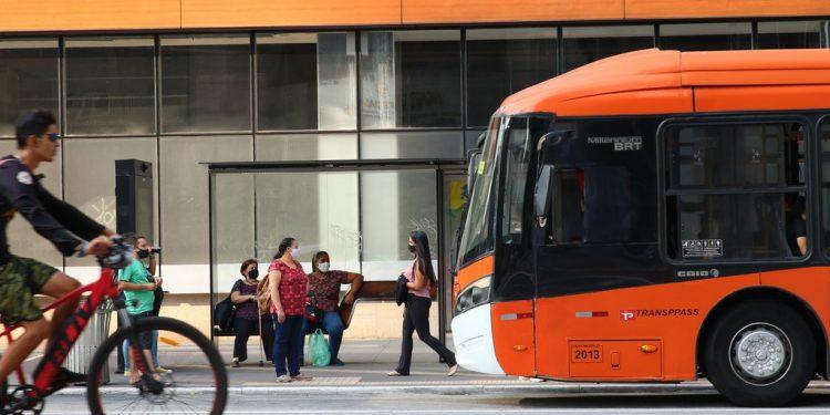 Movimento de pessoas na Avenida Paulista durante a fase vermelha da pandemia de Covid-19 na Capital Foto: Rovena Rosa/Agência Brasil
