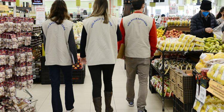Fiscais da Vigilância Sanitária de Campinas, durante ação em supermercado: golpistas estão usando nome do órgão. Foto: Divulgação \ PMC