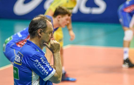 Técnico Horácio Dileo observa o time em jogo da primeira fase da Superliga -Foto: Pedro Teixeira/Vôlei Renata