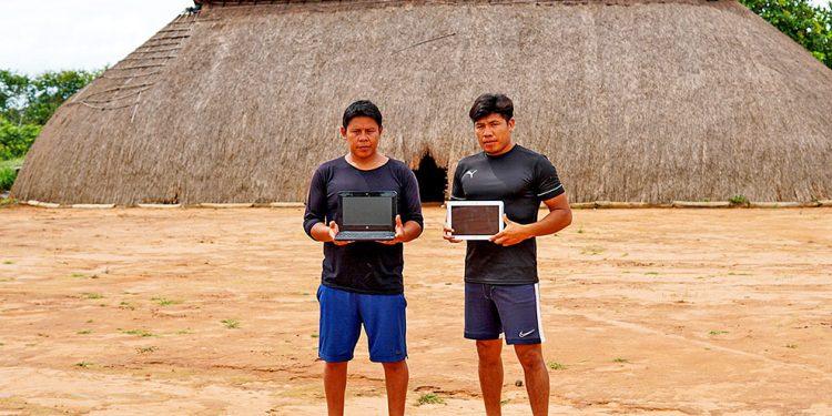 Equipamentos foram entregues a Yanapa Mehinaku Kaikuru e Ahuagu Kuikuro, estudantes  da Aldeia Afukuri, da etnia Kuikuro, no Mato Grosso.  Foto: Felipe Martins