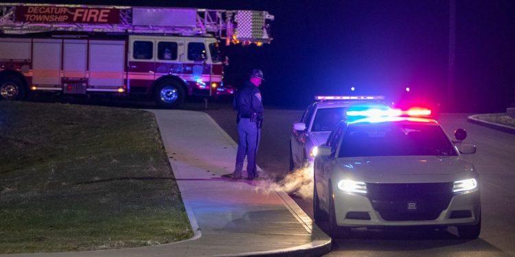 Policial acompanha registro da ocorrência no aeroporto, que mobilizou também brigadistas do Corpo de Bombeiros Foto: Mykal McEldowney/Indy Star/USA Today Network