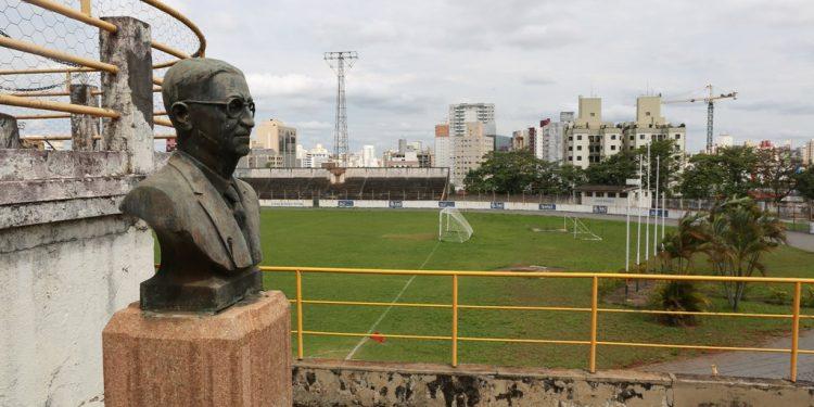 Campo da Mogiana, localizado no Botafogo, e o busto em homenagem a Horácio Antônio da Costa - Foto: Leandro Ferreira/Hora Campinas
