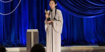 Chloé Zhao com o Oscar de melhor direção. Foto: Reprodução