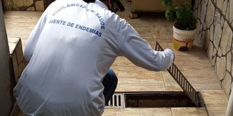 Agente faz vistoria em imóvel da cidade - Foto: Divulgação/ Prefeitura de Sumaré