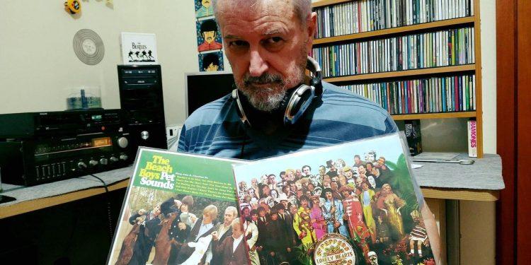 Dono da Hully Gully, Osny Chaos espera um alívio da pandemia para reabrir a loja, especializada em discos de rock dos anos 60, como estes dos Beatles e dos Beach Boys - Foto: Divulgação
