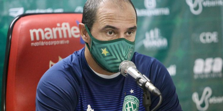 O técnico Allan Aal durante entrevista coletiva - Foto: Thomaz Marostegan/Guarani FC