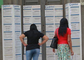 Mulher olha anuncio de emprego na rua Conceição no centro de Campinas. Foto: Leandro Ferreira/Hora Campinas