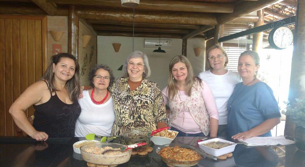 Desde 2012 as amigas se uniram na costura e fazem  doações para as futuras mamães - Fotos: Divulgação