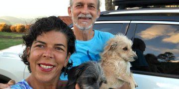 A professora e pesquisadora Juliana Venturelli, o marido Luiz Bernal e os dois cachorros da família: vivência das coisas do cotidiano - Fotos: Juliana Venturelli