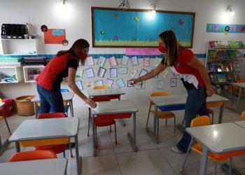 Escolas particulares se preparam para aulas presenciais: funcionárias do colégio Lyon fazem a higienização da sala Foto: Leandro Ferreira/Hora Campinas