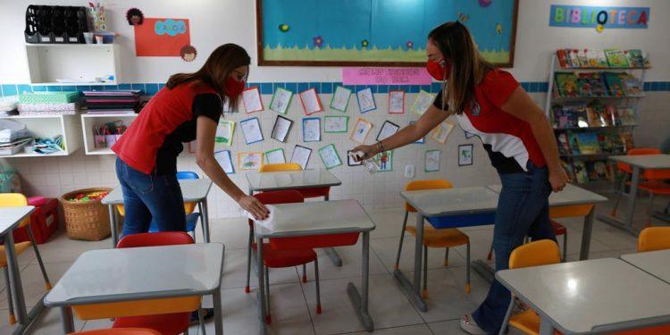 Escolas particulares se preparam para aulas presenciais: funcionárias do colégio Lyon fazem a higienização da sala - Fotos: Leandro Ferreira