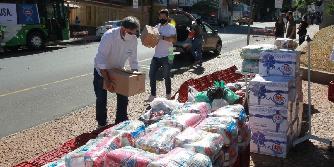 """Voluntários organizam os donativos recebidos no """"Dia D"""" da campanha Campinas Sem Fome, neste sábado (10) Foto: Leandro Ferreira/Hora Campinas"""