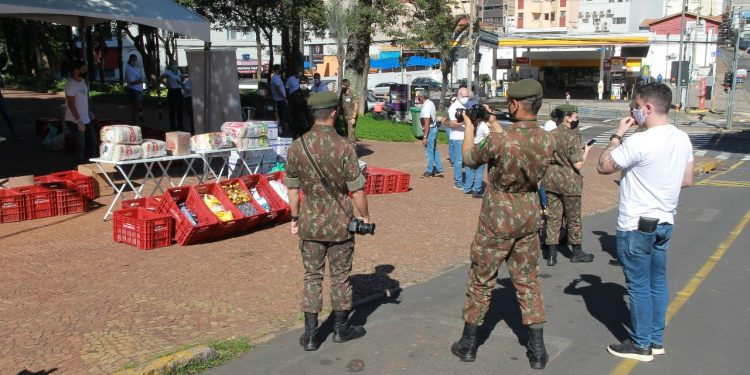 Militares têm ajudado no esquema de recepção e destinação dos donativos no posto avançado do Paço Municipal Foto: Leandro Ferreira/Hora Campinas