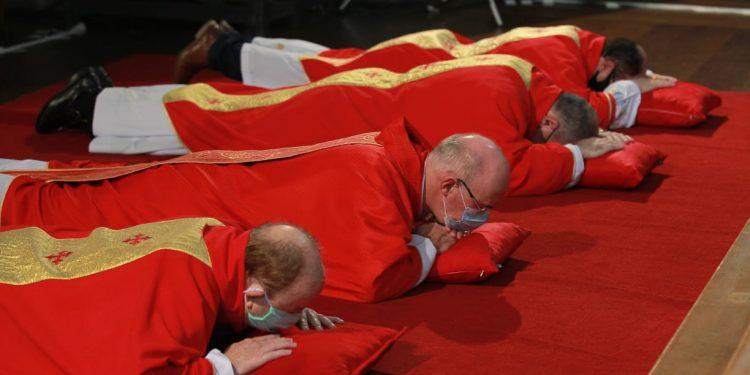 Arcebispo e padres na cerimônia da Paixão de Cristo, na Catedral, deitam em sinal de respeito e penitência ao sofrimento de Jesus Foto: Leandro Ferreira/Hora Campinas