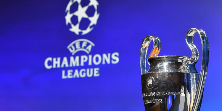 """A """"orelhuda"""", taça dada ao campeão da Champions League, pode parar nas mãos de um clube que nunca a ergueu. Foto: Divulgação"""