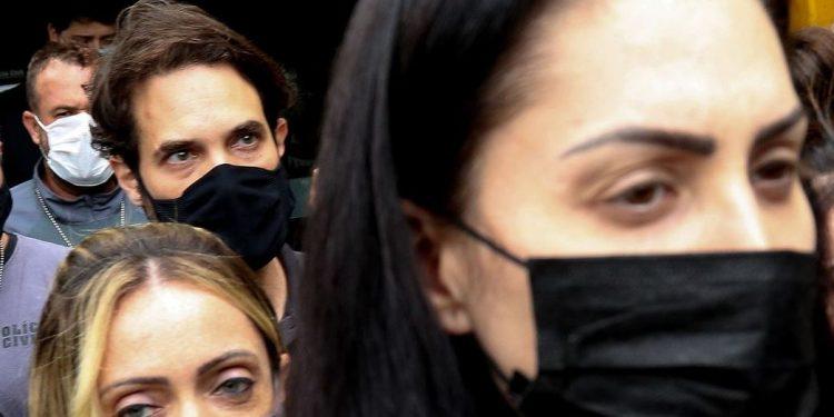 Monique Medeiros, mãe do menino Henry Borel (à frente) e o vereador Jairinho, acusados da morte do garoto - Foto: Tânia Rego/Agência Brasil