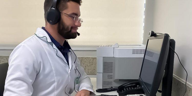 Profissional da Saúde da Unimed Campinas dá atendimento remoto para cliente da cooperativa: orientação a distância já é uma tendência Foto: Divulgação