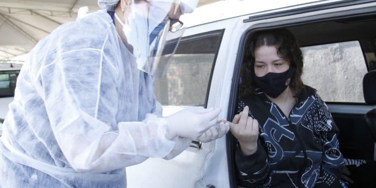 Agente de saúde colhe sangue de jovem moradora de Jaguariúna Foto: Ivair de Oliveira/Divulgação