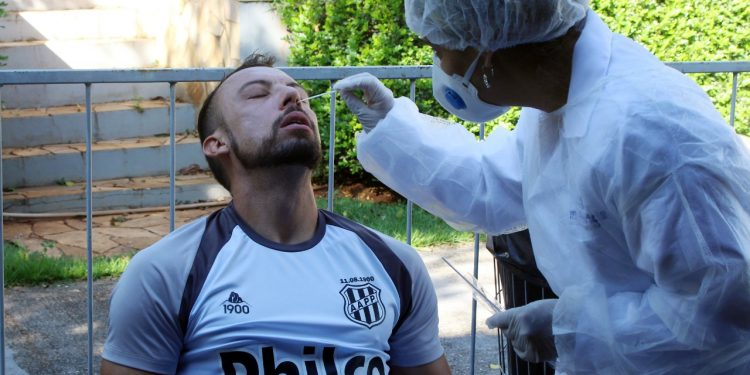 Jogador faz teste para detecção do coronavírus - Fotos: Ponte Press/Diego Almeida