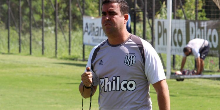 Para o duelo contra o Santos, o técnico Fabinho deve promover mudanças na equipe da Ponte Preta. Foto: Ponte Press/Diego Almeida