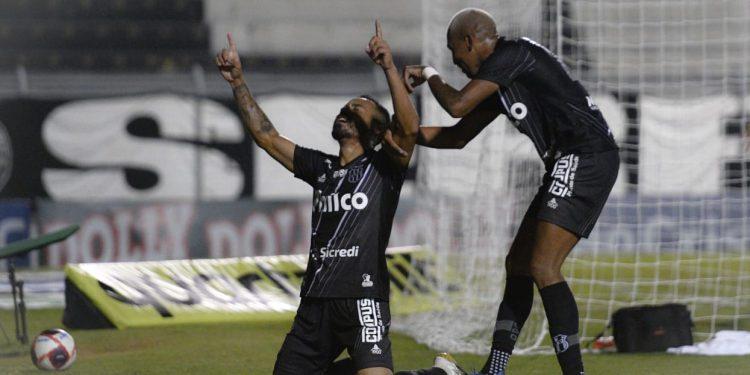 Comemoração de Moisés e  e João Veras, autores dos gols da vitória da Macaca em cima do Santos. Foto: Ponte Preta Press/Álvaro Jr.