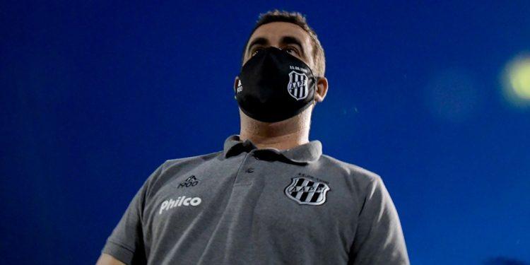 O técnico Fabinho Moreno trabalha para estabelecer um padrão de jogo para a Ponte. Foto: Ponte Press/Álvaro Jr.