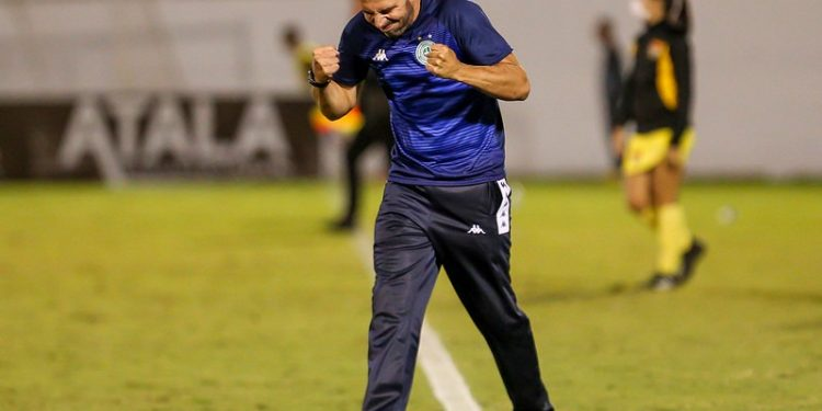 Técnico do Guarani vibra com a vitória do time - Fotos: Foto: Thomaz Marostegan/Guarani FC