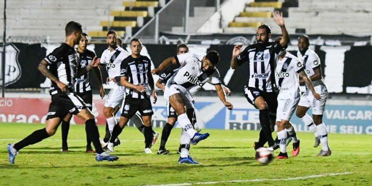 A jogada do gol sofrido pela Ponte Preta  envolveu três ex-jogadores do grupo. PontePress/Álvaro Jr
