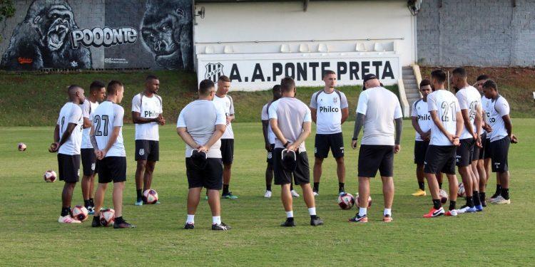 Jogadores da Ponte se reúnem durante treino no CT do Jardim Eulina. Foto: Ponte Press/Diego Almeida