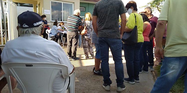 Pessoas esperam do lado de fora do Círculo Militar para se vacinar contra a Covid-19. Foto: Divulgação