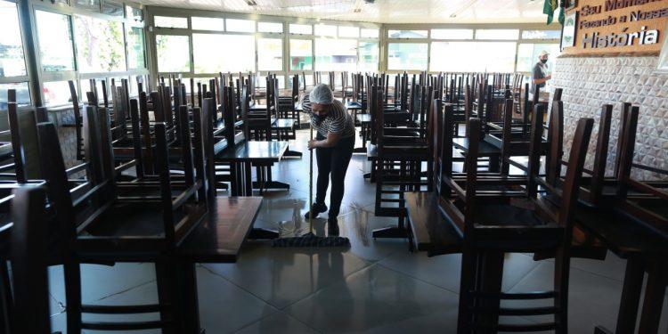 Funcionária faz a limpeza de restaurante que está sendo preparado para a retomada a partir deste sábado em Campinas. Fotos: Leandro Ferreira \ Hora Campinas