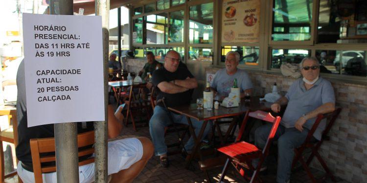Os Parques e Bares de Campinas reabriram para o público neste sábado 24, com capacidade de 25% da capacidade. O movimento foi bem tranquilo nesta manhã no Parque Taquaral, já alguns bares tiveram um movimento bem abaixo dos 25%.