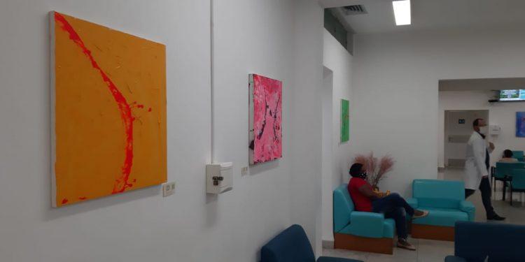 As obras do artista vêm acompanhadas de um QR Code com informações sobre a criação. Foto: Divulgação