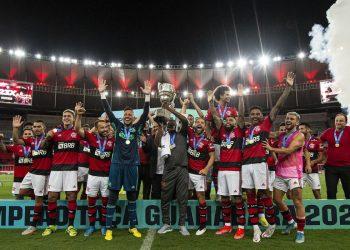 Jogadores do Flamengo comemoram título conquistado na noite deste sábado, no Maracanã. Foto \ AB